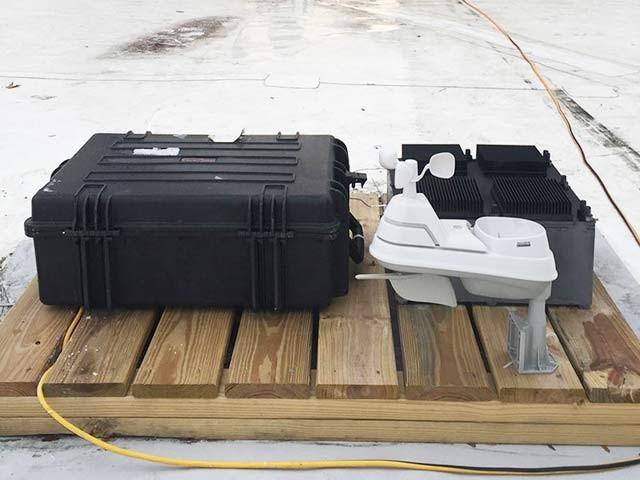 اس عمل کو پائرو الیکٹرک ایفیکٹ کہا جاتا ہے جس سے دن اور رات گرمی کے اتار چڑھاؤ سے بجلی بنانا ممکن ہے۔ فوٹو: بشکریہ ایم آئی ٹی