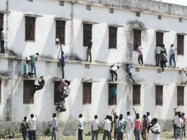 بھارتی ریاست بہار میں جوتے اور موزے پہن کر امتحان گاہ آنے پر پابندی عائد کردی گئی۔ فوٹو: فائل