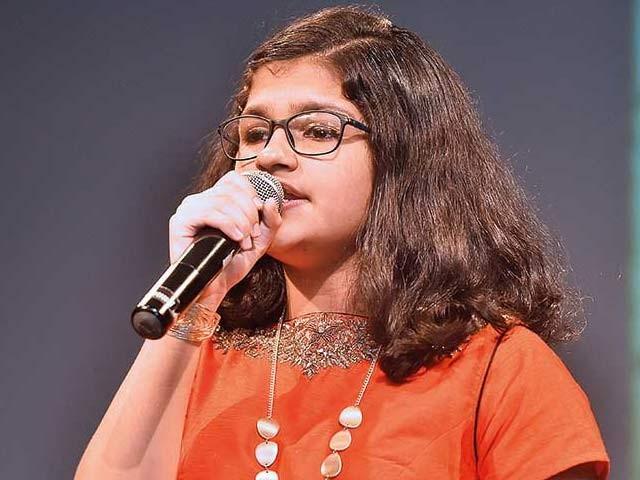 بارہ سالہ سُچیترا ستیش نے کسی کنسرٹ میں مسلسل کئی گھنٹے تک درجنوں زبانوں میں گیت گانے کا عالمی ریکارڈ بنایا ہے۔ فوٹو: بشکریہ گلف نیوز