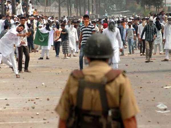 نظربندوں کو انتقام کا نشانہ بنایا جا رہا ہے، سید علی گیلانی فوٹو: فائل