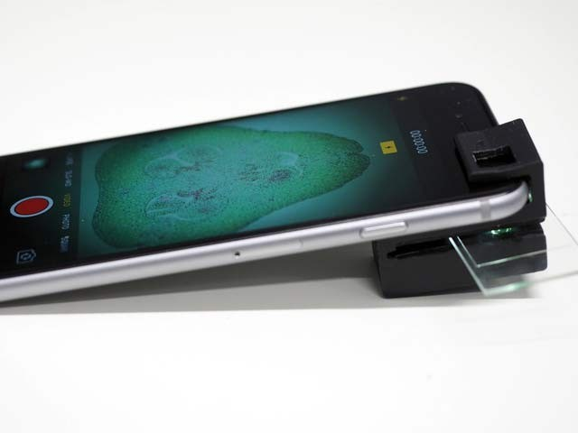 آسٹریلوی ماہرین کی تیارکردہ تھری ڈی خردبین ایک اسمارٹ فون سے منسلک ہے۔ تصویر بشکریہ سی این بی پی، آسٹریلیا