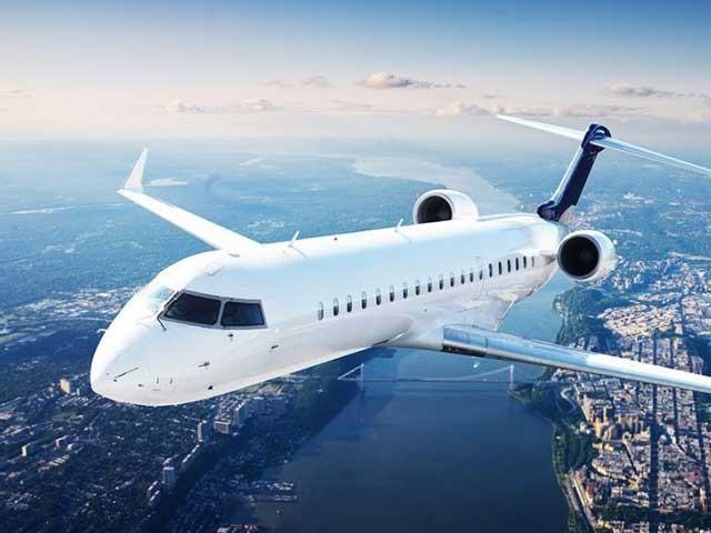 ہوائی جہاز دوسرے رنگوں کے بھی ہوتے ہیں لیکن زیادہ تر ہوائی جہازوں کا بیرونی رنگ سفید ہی ہوتا ہے۔ (فوٹو: فائل)