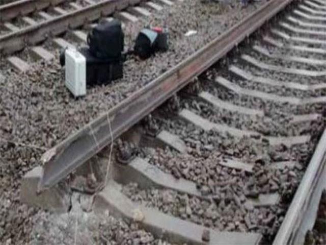 شہریوں نے لال کپڑا لہرا کر ٹرین کو ٹوٹی ہوئی پٹری سے پہلے ہی روک لیا۔ فوٹو: فائل