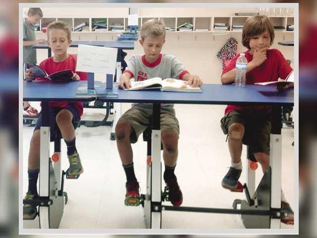 بچوں کی محدود ہوتی جسمانی سرگرمیوں کے پیش نظر کئی ممالک میں اسکولوں میں ایسی ڈیسک متعارف کروائی گئی ہے۔ فوٹو : فائل