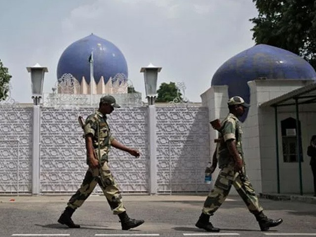 نئی دہلی میں پاکستانی عملے کے 104 افراد اور ان کے خاندان کو ملا کر 500 تا 600 پاکستانی باشندے دہلی میں موجود ہیں۔ فوٹو : فائل