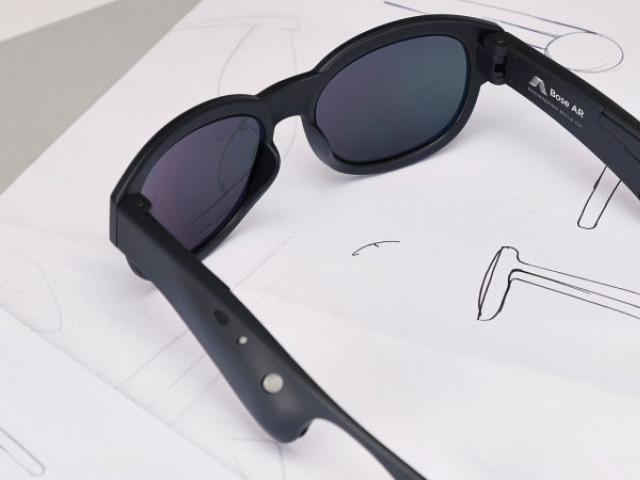 ایچ ڈی اور ورچوئل ریئلٹی والے اسمارٹ چشموں میں ہیڈ فونز نصب ہوں گے۔ فوٹو : بشکریہ باس