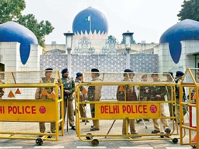 بھارت کے روئیے کی وجہ سے پاکستانی سفارتی اہلکاروں، ان کے بچوں اور خاندان کا وہاں رہنا ناممکن ہو رہا ہے۔ فوٹو: سوشل میڈیا