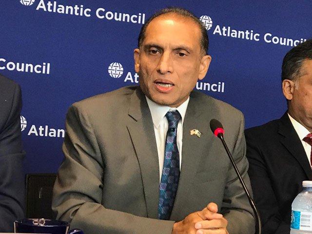 سفیرکی اہلیہ بھی ملوث ہیں، دفترخارجہ کے افسران کی بیگمات نے کرپشن کے جھنڈے گاڑ دیے۔ فوٹو: فائل
