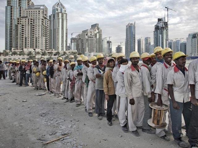 یو اے ای جانے کے خواہشمند پاکستانیوں کے ساتھ اوورسیز پروموٹرز بھی شدید مشکلات کا شکار۔ فوٹو: فائل