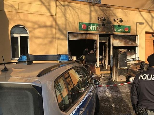 مسجد کا اندرونی حصہ مکمل طور پر آگ کی نذر ہو گیا۔ فوٹو : اے اے