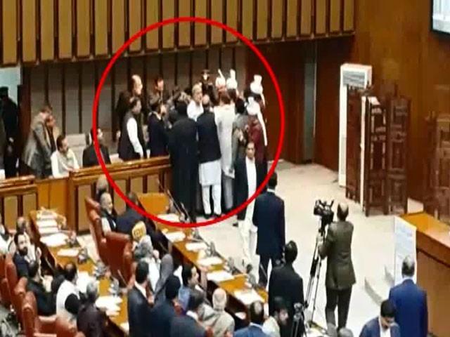 سیکیورٹی عملہ وزیراعظم کے صاحبزادےعبداللہ عباسی کو گیلری سے باہر لے گیا۔ فوٹو: اسکرین گریپ