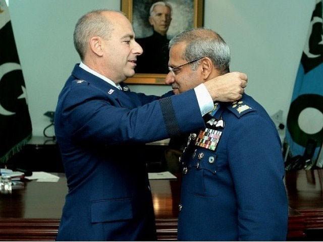 پاک فضائیہ کے سربراہ سہیل امان نے لیفٹیننٹ جنرل جیفری ایل ہیرجین سے ملاقات کی ہے، فوٹو: اے پی پی