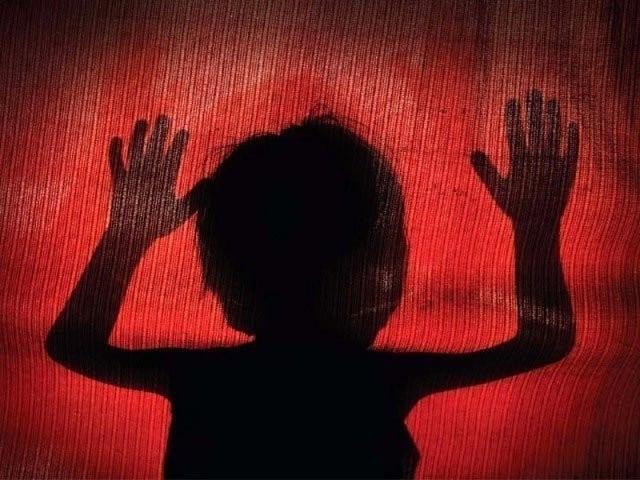 بچی ہمسایے کے گھر پلاس دینے گئی تھی، خواتین سمیت 6 افراد گرفتار، تفتیش جاری۔ فوٹو: فائل
