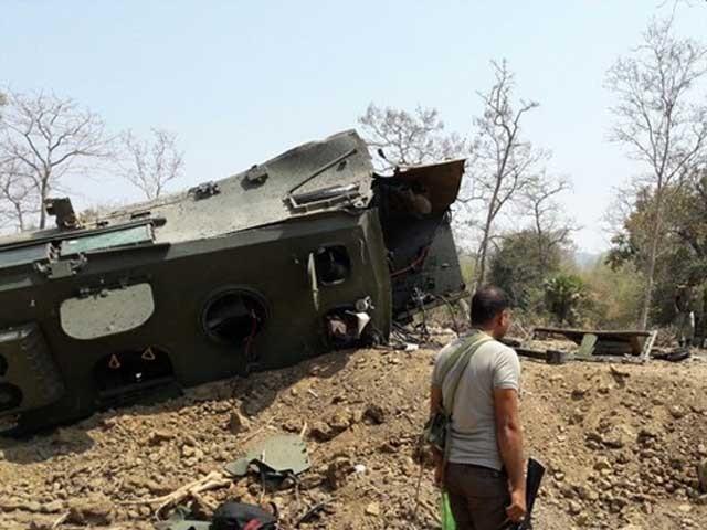 چھتیس گڑھ میں ماؤ باغیوں نے بھارتی فوج کی بم پروف گاڑی کو بارودی سرنگ سے اڑادیا فوٹو:انڈین میڈیا