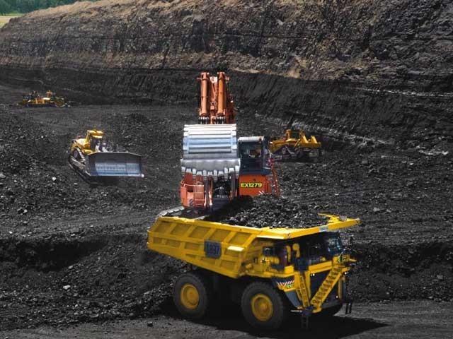 اگر ہم کوئلے سے ڈیزل وغیرہ بنانا شروع کردیں تو اربوں روپے کا زرِمبادلہ سالانہ بچاسکتے ہیں۔ (فوٹو: انٹرنیٹ)