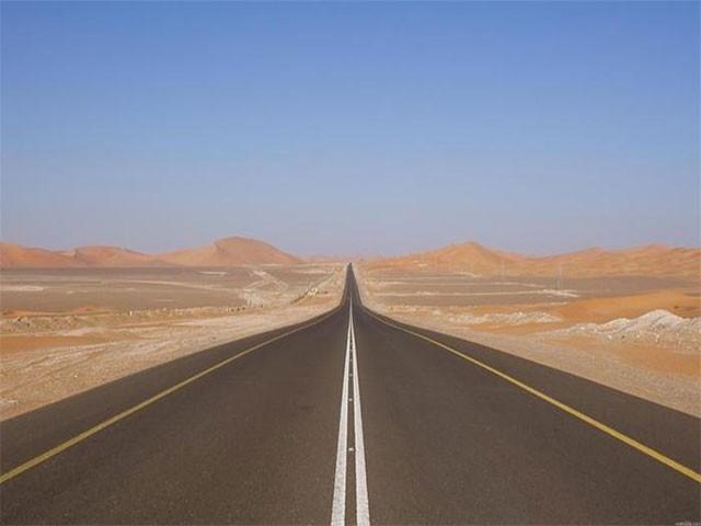 ہائی وے 10 نے آسٹریلیا سے 146 کلومیٹر لمبی سیدھی سڑک رکھنے کا اعزاز چھین لیا ہے، فوٹو: عرب میڈیا