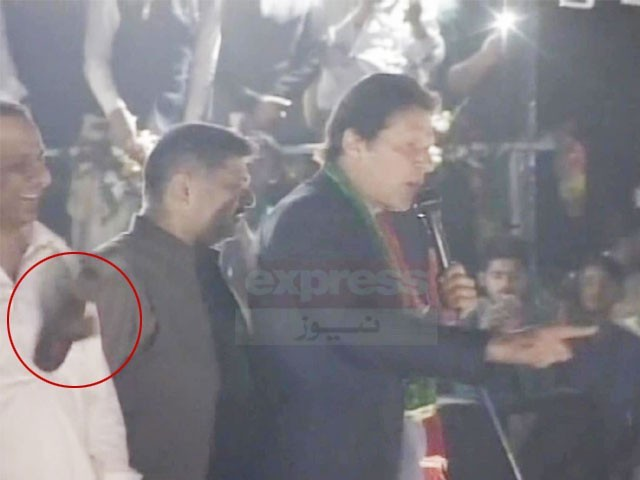 جوتا عمران خان کے ساتھ کھڑے علیم خان کو جا لگا۔ فوٹو : اسکرین گریپ