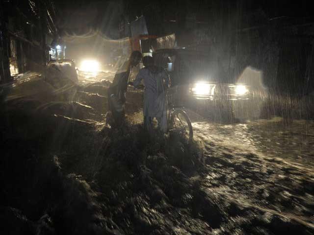 پشاور، مردان، اورکزئی اورصوابی کے مختلف علاقوں میں تیز بارش سے ندی نالوں میں طغیانی آگئی . فوٹو: فائل