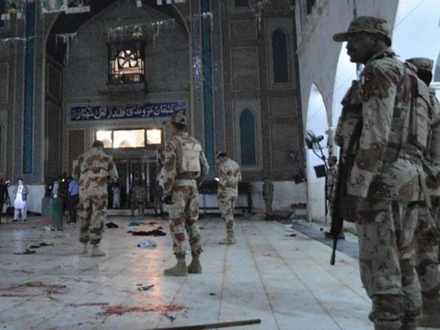 گزشتہ برس حضرت لعل شہباز قلندرؒ کے مزار پر خودکش بم حملے میں 80 سے زائد شہری شہید اور متعدد زخمی ہوگئے تھے، فوٹو: فائل