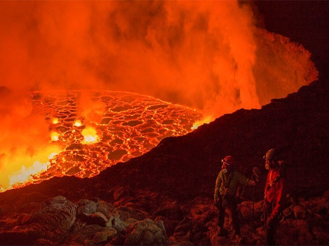 کانگومیں دونوجوان آتش فشاں کےدہانے پرپہنچ گئے،فوٹو: کیٹر نیوز ایجنسی