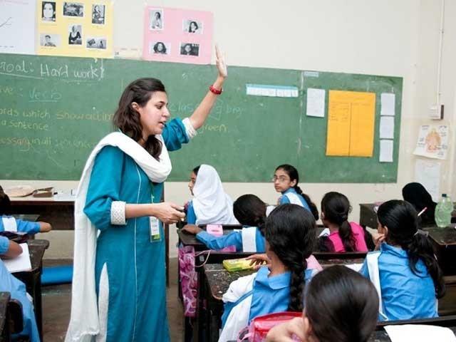 اساتذہ کرام کی اصل ناقدری ''کارپوریٹ نظام تعلیم'' نے کی ہے۔ فوٹو: انٹرنیٹ