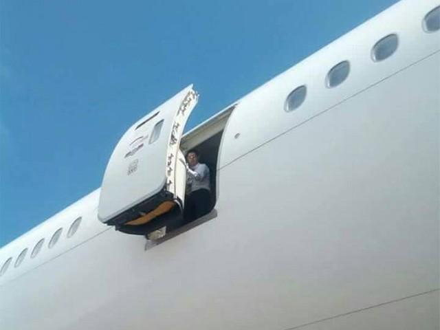 طیارے کا ایمرجنسی دروازہ اچانک کھل گیا اور ایئرہوسٹس نیچے جاگری،ایئرلائن انتظامیہ فوٹو:ٹوئٹر