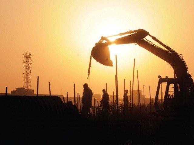 پاکستان میں 12 ملین رہائشی یونٹس کی کمی ہے، اس کمی کو پورا کرنے کے لیے 180 ارب ڈالر درکار ہیں،   فوٹو: فائل