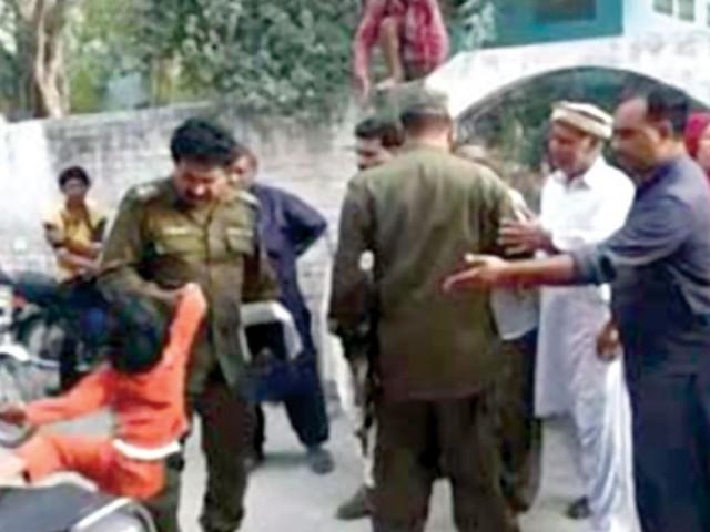 ڈی پی او نے واقعہ کا نوٹس لیتے ہوئے سب انسپکٹر محمد طاہر کو فوری طور پر معطل کر کے گرفتار کر لیا۔ فوٹو: اسکرین گریب
