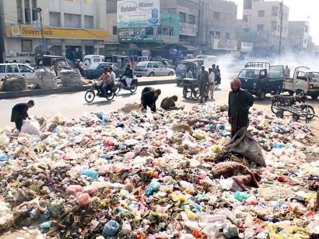 شہر میں روزانہ 5 ہزار ٹن کچرا نہیں اٹھایا جارہا، چیف سیکرٹری کا اعتراف فوٹو:فائل