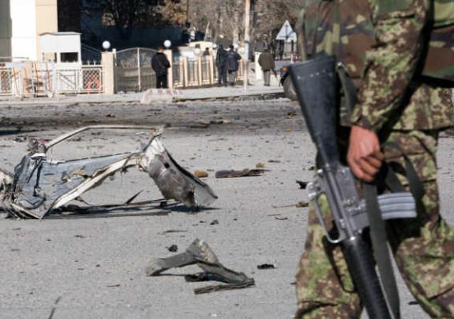 خود کش دھماکے کا ٹارگٹ پرائیوٹ سیکیورٹی کمپنی کی گاڑی تھی۔ فوٹو : فائل
