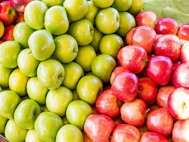 ایک درمیانے سائز کے سبز سیب میں لال سیب کے مدمقابل 6 گرام شوگر کم پائی جاتی ہے، فوٹو: فائل