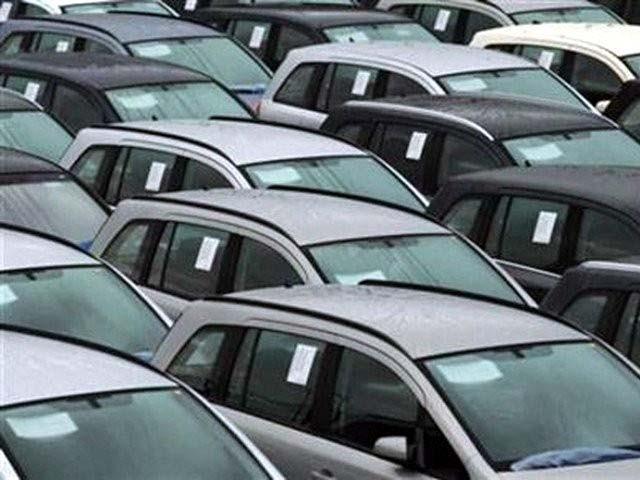 ٹرمینلزپرصرف800گاڑیاں رہ گئیں،ڈلیوری ملنے پر درآمدکنندگان نے 3 ماہ بعد ری کنڈیشنڈ گاڑیوں کے سودے پھرشروع کردیے۔ فوٹو: فائل