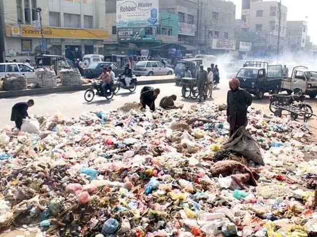 سندھ حکومت اور انتظامیہ کی شہر کے مسائل حل کرنے میں ناکامی پر بالآخر چیف جسٹس آف پاکستان کو نوٹس لینا پڑا۔ فوٹو:فائل