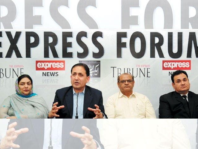عالمی سطح پر درپیش مسائل کے پیش نظر پاکستان کو مضبوط بنانا ہوگا، ''ایکسپریس فورم'' میں شرکاء کی گفتگو۔ فوٹو: ایکسپریس