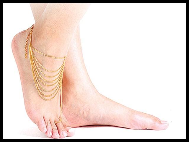 عام طور پر پاؤں میں نمی رہنے سے فنگل انفیکشن ہوجاتا ہے جس سے پاؤں کی انگلیوں کی درمیانی جلد بھی سفید ہوجاتی ہے۔ فوٹو: سوشل میڈیا