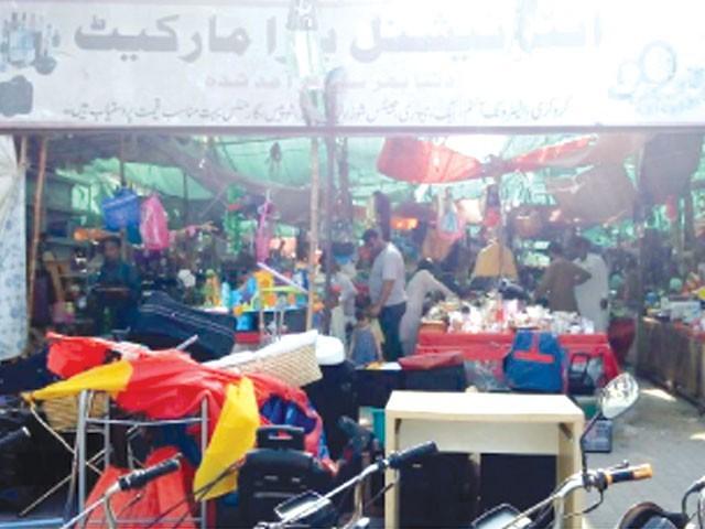 بازار میں الیکٹرانک اشیا، کراکری، بچوں کے کھلونے، آرائشی اشیا، فرنیچر، سفری بیگ، جوتے اور جیولری کی ورائٹی موجود ہے۔ فوٹو: ایکسپریس