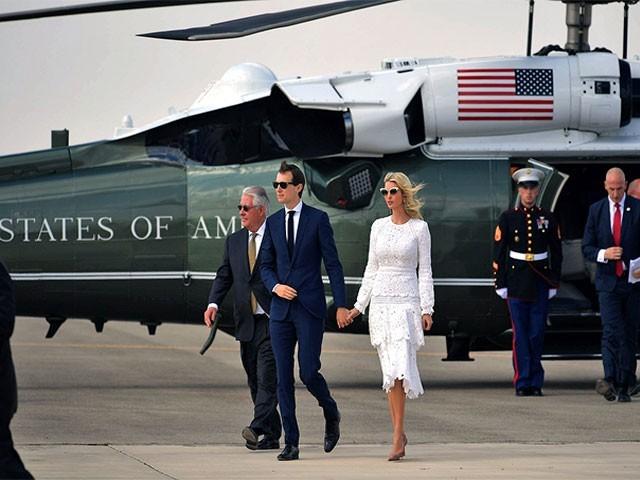 ایوانکاٹرمپ شوہر کے ہمراہ واشنگٹن سے نیویارک جانے کے لیے ہیلی کاپٹر میں سوار تھیں،فوٹو:فائل