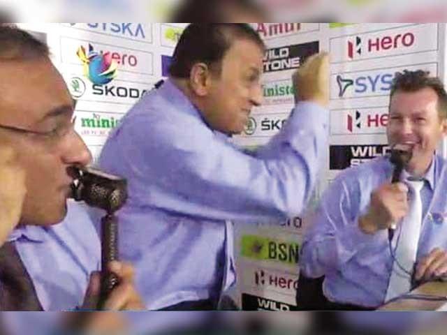 سری لنکن شائقین بھی اسٹینڈز میں ناگن ڈانس کے پوز بناکر بنگلادیشی ٹیم کا مذاق اڑاتے رہے۔  فوٹو: اسکرین گریب