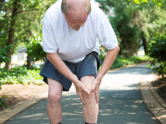 عمر رسیدہ افراد میں ٹانگوں اور گھٹنوں کا درد شدت اختیار کرجاتاہے۔ فوٹو : فائل