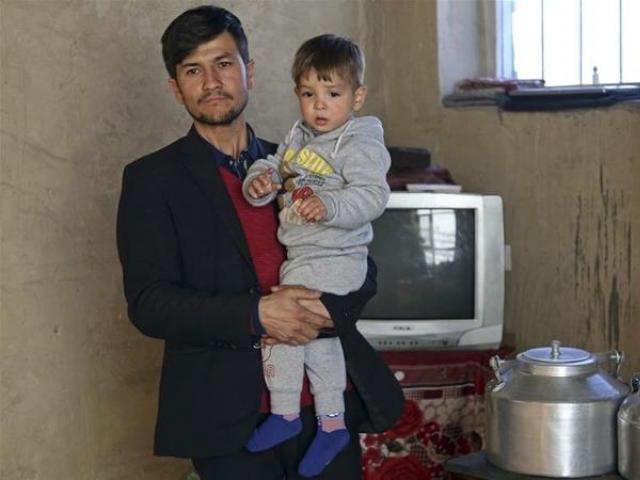 کابل کے رہائشی اسد اللہ نے اپنے بیٹے کا نام ڈونلڈ ٹرمپ رکھ دیا۔ فوٹو : الجزیرہ