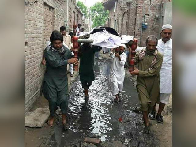 سوشل میڈیا پر وائرل حجرہ شاہ مقیم کے محلہ زاہد پورہ کی تصویر، جس پر چیف جسٹس نے نوٹس لیا؛ فوٹوساشل میڈیا