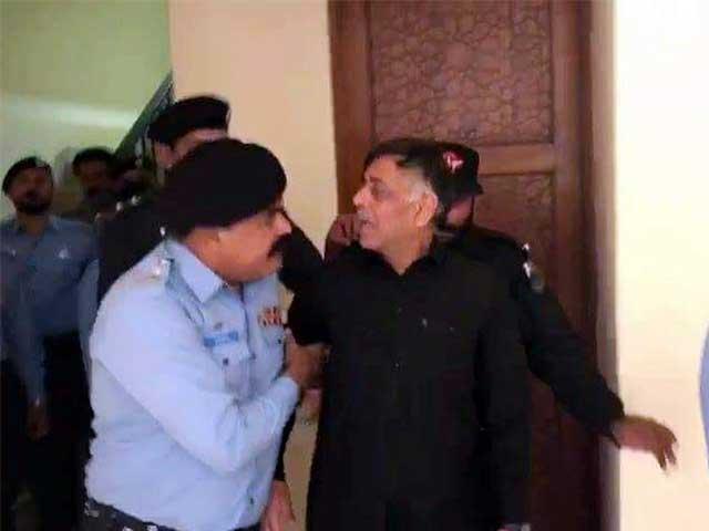 کسی مفرور ملزم اور قتل جیسے واقعے میں شامل فرد کے لیے سیاستدانوں کو اپنے بیانات میں احتیاط کا مظاہرہ کرنا چاہیے۔ فوٹو: فائل