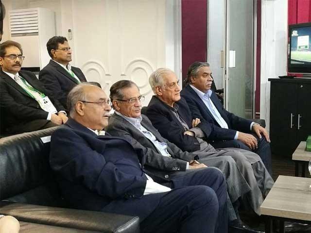 چیئرمین پی سی بی نجم سیٹھی نے چیف جسٹس پاکستان کو خاص طور پر میچ دیکھنے کیلئے قذافی سٹیڈیم میں آنے کی دعوت دی تھی۔ فوٹو: پی سی بی