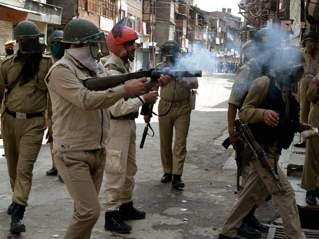 بھارتی فورسز کی جانب سے آنسوگیس کی شیلنگ اورربڑ کی گولیاں برسائی گئیں۔ فوٹو: فائل
