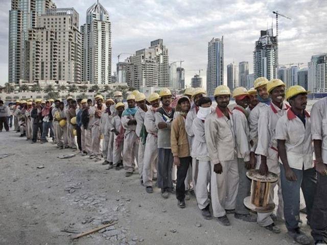 یواے ای میں ملازمت کے لیے جانے والے پاکستانیوں کی تعداد میں نمایاں کمی ہوگئی تھی (فوٹو:فائل)