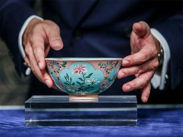 یہ نایاب پیالہ چینی شاہی خاندان کے زیر استعمال رہا ہے جس کی ایک تاریخی حیثیت ہے فوٹو:اے ایف پی