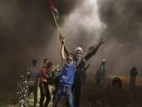 غزہ کی سرحد پر ہزاروں فلسطینی مظاہرین موجود ہیں جو آزاد ریاست کے حق میں نعرے بازی کررہے ہیں (فوٹو: رائٹر)