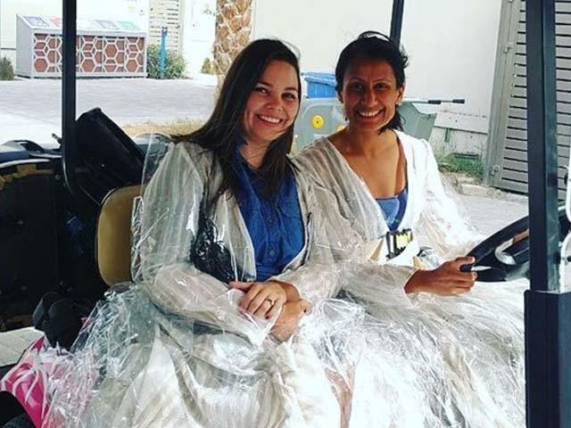 دبئی کی خواتین نے ماحولیاتی شعور اجاگر کرنے کے لیے کچرے سے بنے لباس زیب تن کیے۔ فوٹو : انسٹا گرام