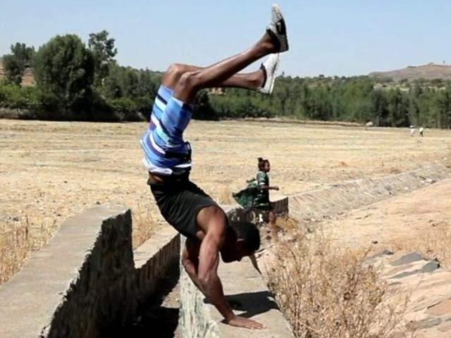 ایتھیوپیا کے شہری دیرار دونوں ہاتھوں پر چلنے کے علاوہ حیرت انگیز کرتب دکھانےکے ماہر ہیں۔ فوٹو: آسٹریلیا نیوز
