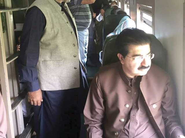 چیئرمین سینٹ کے لاہور آنے کیلئے ٹرین کے انتخاب پر ہم ان کے شکرگزار ہیں، ترجمان ریلوے ۔ فوٹو: این این آئی